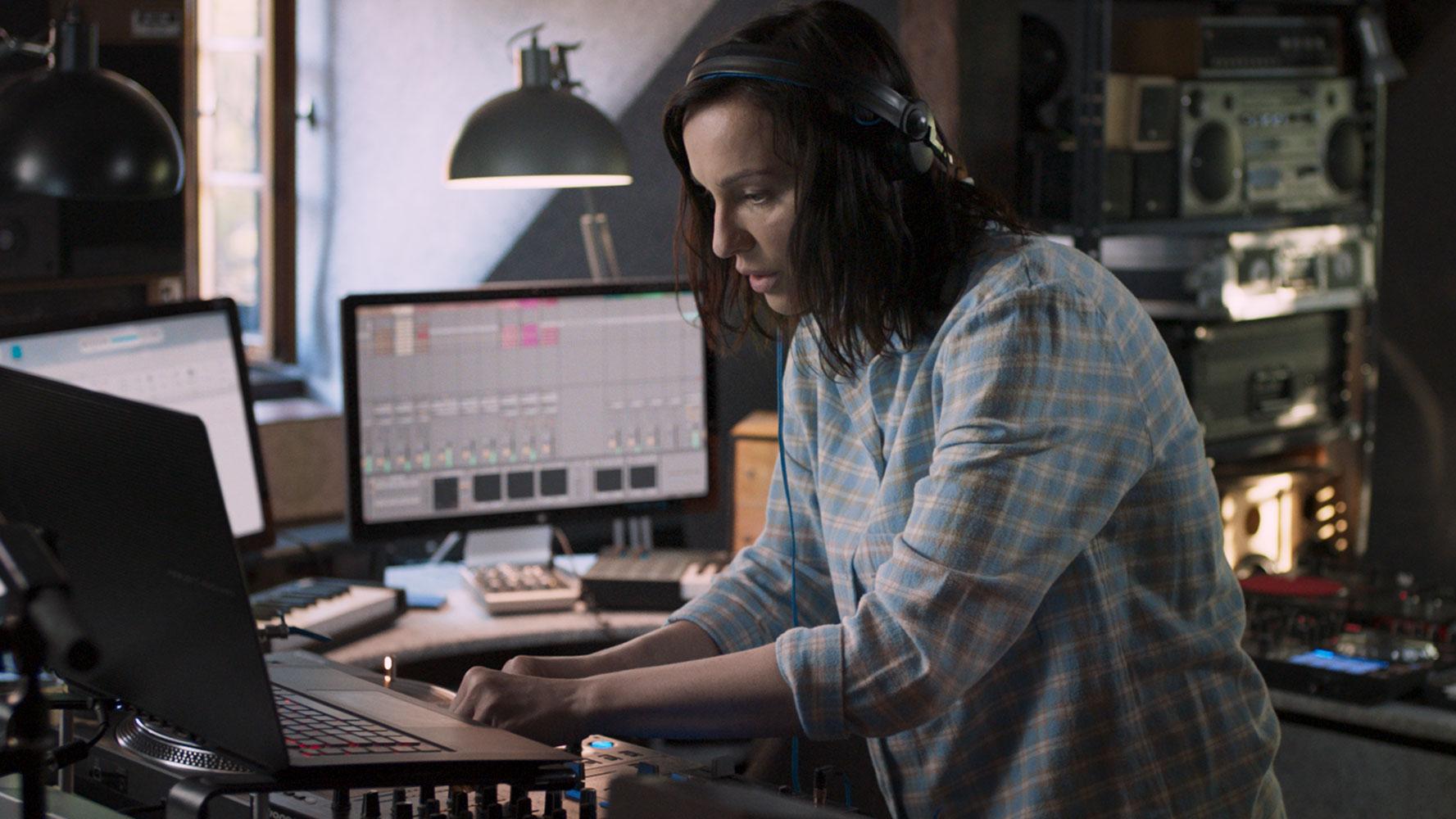 """Ten obraz krzywdzi środowisko muzyczne – recenzja filmu """"DJ"""""""
