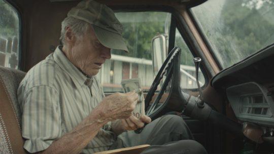 """Jak (nie) dorabiać do emerytury – recenzja filmu """"Przemytnik"""""""