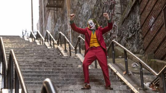 """Kto się śmieje ostatni? – recenzja filmu """"Joker"""""""